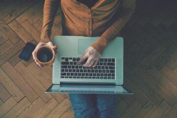 Homme assis avec ordinateur et café