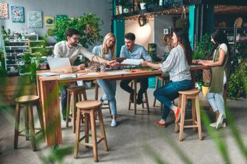 Collègues travaillant dans un espace vert