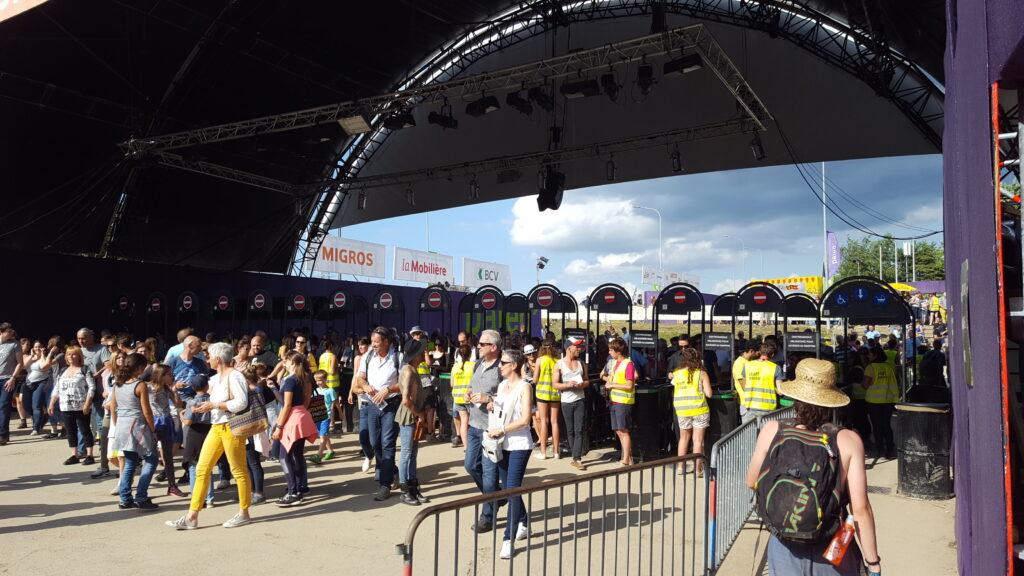 les entrées du Paléo Festival Nyon avec la sécurité et les festivaliers point de contact du parcours utilisateur